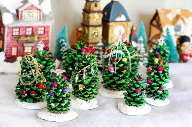 Маленькие елочки из сосновых шишек