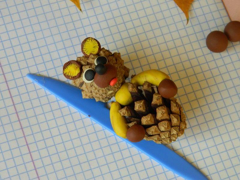 Мишка из пластилина и шишек