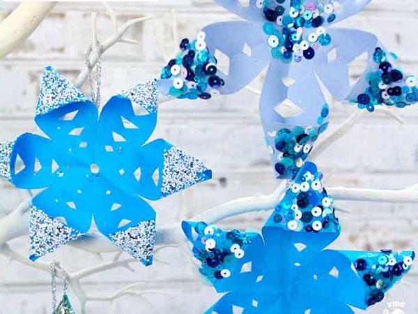Объемная снежинка, декорированная пайетками и блестками