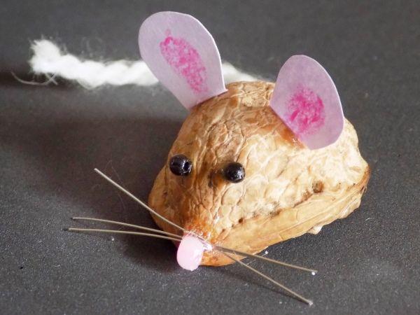 Поделка мышка из ореховой скорлупы