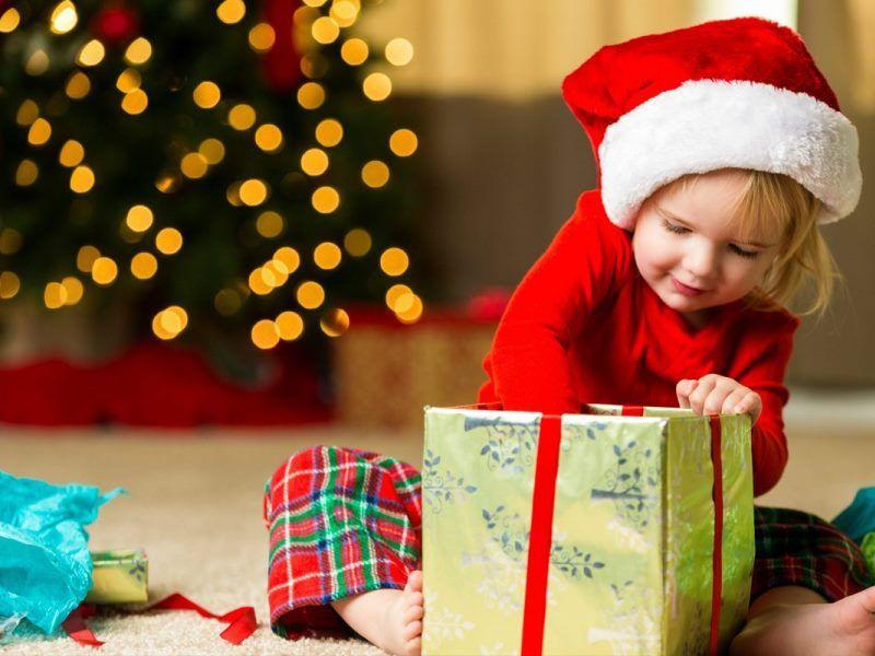Что подарить ребенку на новый год: варианты подарков для разного возраста