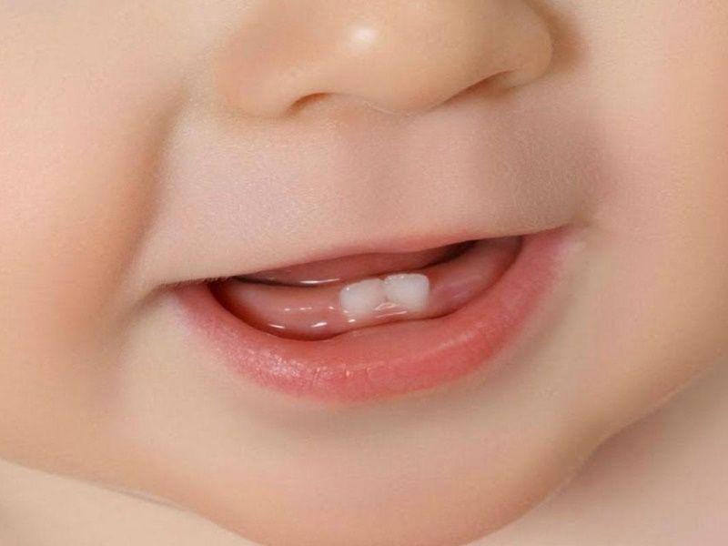 Первые зубы малыша: когда какие лезут и как пережить