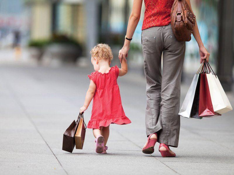 ребенок ходит за мамой по пятам