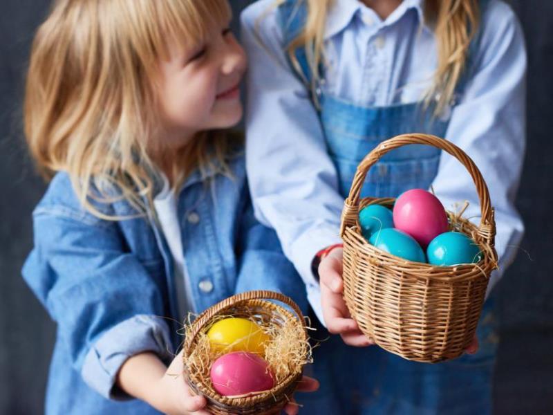Как покрасить яйца с ребенком: выбираем безопасные красители