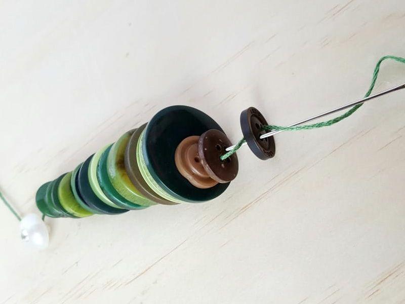 Игрушки на елку из пуговиц