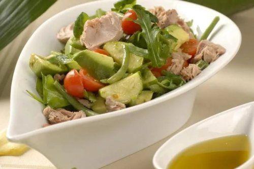 Витаминный салат со скумбрией