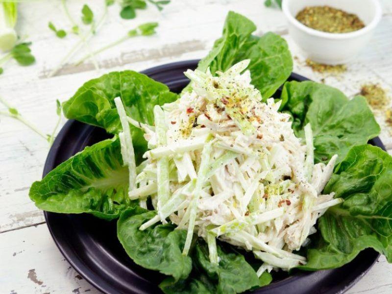 Зелёный салат с курицей и сыром